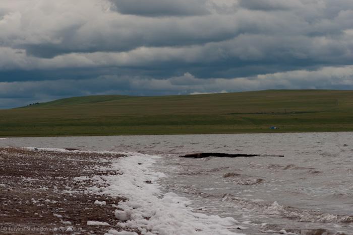 Ветер взбивает пену на соленой воде озера Тус
